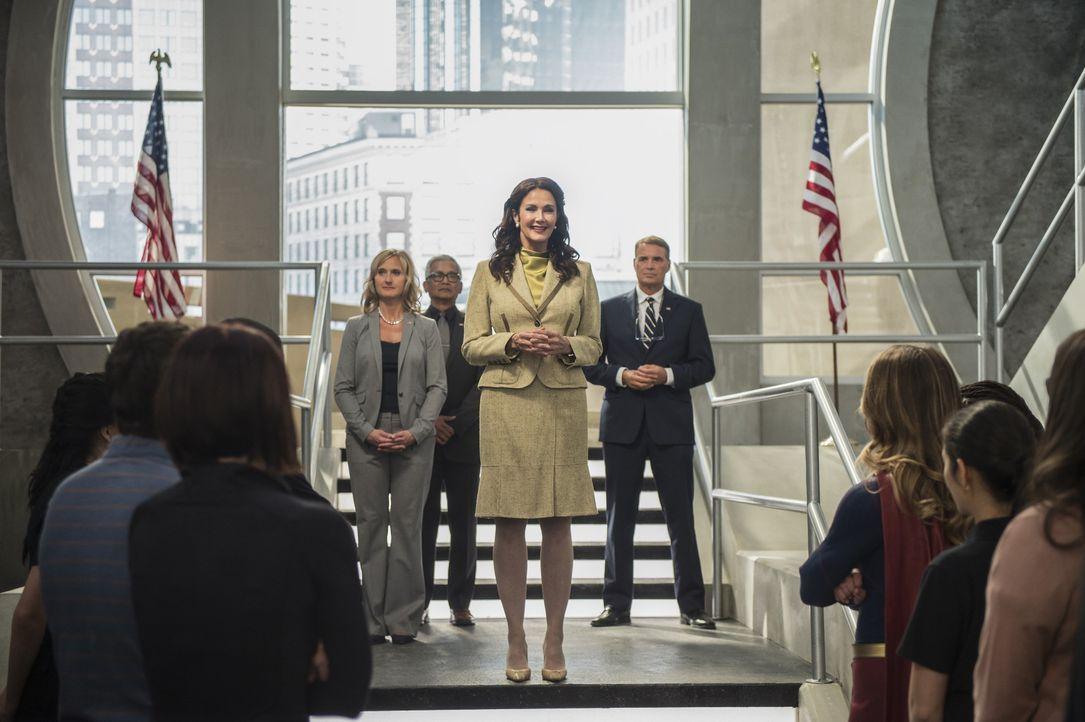 Während Präsidentin Marsdin (Lynda Carter) National City mit der Debatte um die Alien- und Menschenrechte in Atem hält, muss Supergirl dafür sorgen,... - Bildquelle: 2016 Warner Bros. Entertainment, Inc.