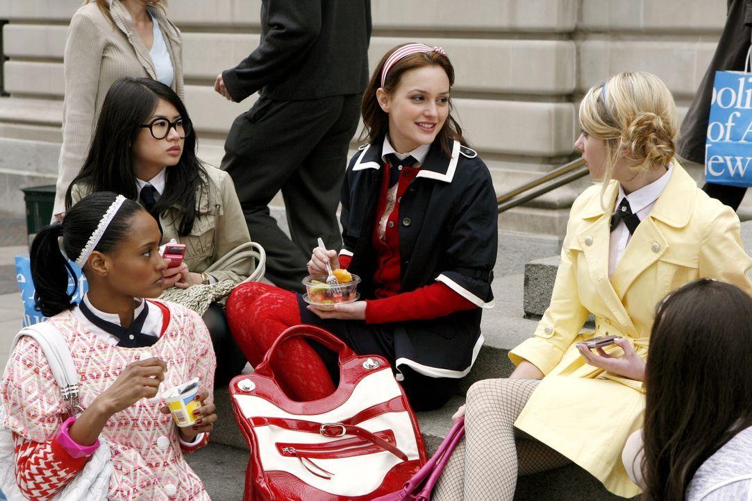 Blair (Leighton Meester, 2.v.r.) hat neue Informationen über Jennys (Taylor Momsen, r.) Freund Asher. Ihre Freundinnen Nelly (Yin Chang, 2.v.l.) un... - Bildquelle: Warner Bros. Television