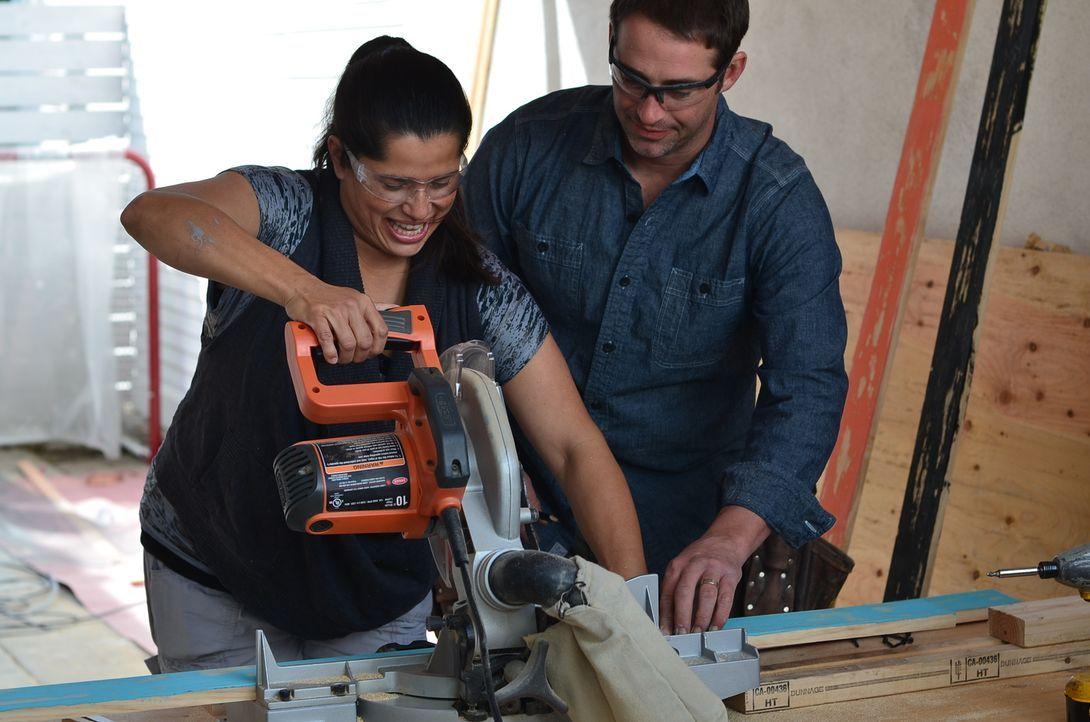 Michelle Orrego (l.) packt bei der Umgestaltung ihrer Küche gerne mit an, denn sie kann es kaum erwarten, zu sehen, was sich Josh (r.) alles ausgeda... - Bildquelle: 2012, DIY Network/Scripps Networks, LLC.  All Rights Reserved