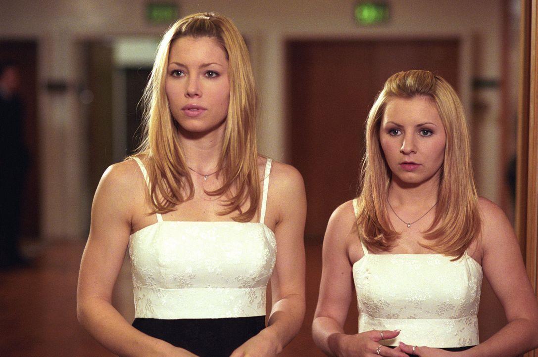 Während den Hochzeitvorbereitungen von Matt und Sarah, lernt Lucy (Beverley Mitchell, r.) einen charmanten Jungen kennen und Mary (Jessica Biel, l.)... - Bildquelle: The WB Television Network