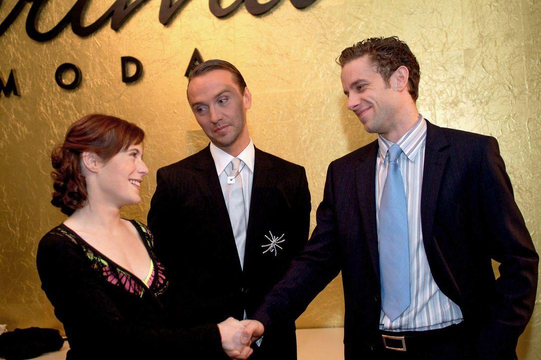 Britta (Susanne Berckhemer, l.) hat den Job und wird von Max (Alexander Sternberg, r.) und Hugo (Hubertus Regout, M.) dazu beglückwünscht. - Bildquelle: Monika Schürle SAT.1 / Monika Schürle