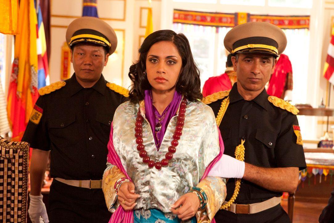 Janes Fall ist überaus kompliziert - die junge Bhutanerin Leela Penjore (Nishi Munshi, M.) will nicht mit dem Prinzen ihres Landes zwangsverheirate... - Bildquelle: 2012 Sony Pictures Television Inc. All Rights Reserved.