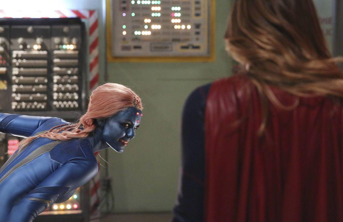 Kara alias Supergirl (Melissa Benoist, r.) trifft auf ein Wesen aus ihrer Vergangenheit: Indigo (Laura Vandervoort, l.) hat die Fähigkeit, Computer... - Bildquelle: 2015 Warner Bros. Entertainment, Inc.