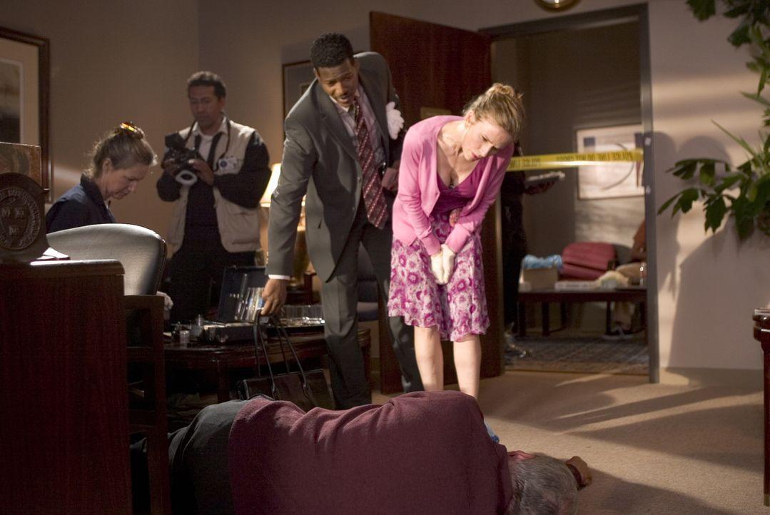 Tatverdächtige gibt es für Brenda (Kyra Sedgwick, r.) und Gabriel (Corey Reynold, hinten M.) viele - auch den Geschäftsführer des mächtigen Pharmako... - Bildquelle: Warner Brothers Inc.