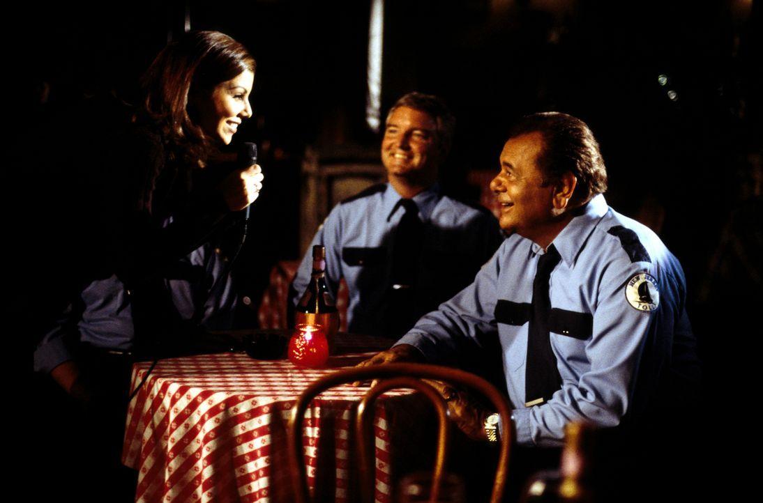 Lydia (Heather Paige Kent, l.) bittet ihren Vater Frank (Paul Sorvino, r.) um Rat ... - Bildquelle: CBS Television