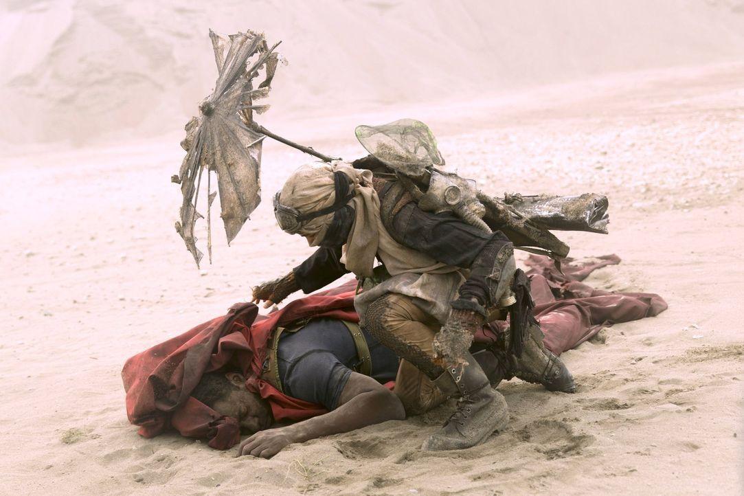 Der kleine Zoran (Finn Wolfhard, r.) findet Jaha (Isaiah Washington, l.) mitten in der Wüste. Doch was soll der Junge mit dem Fremden anstellen? - Bildquelle: 2014 Warner Brothers