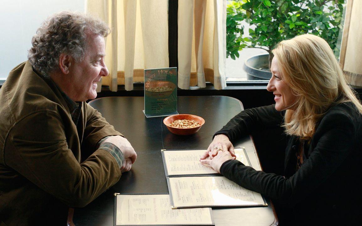 Holly (Patricia Wettig, r.) unterbreitet Dennis York (Peter Gerety, l.) ein Angebot, das der zu ihrer Überraschung annehmen will. War das die richti... - Bildquelle: 2009 American Broadcasting Companies, Inc. All rights reserved.