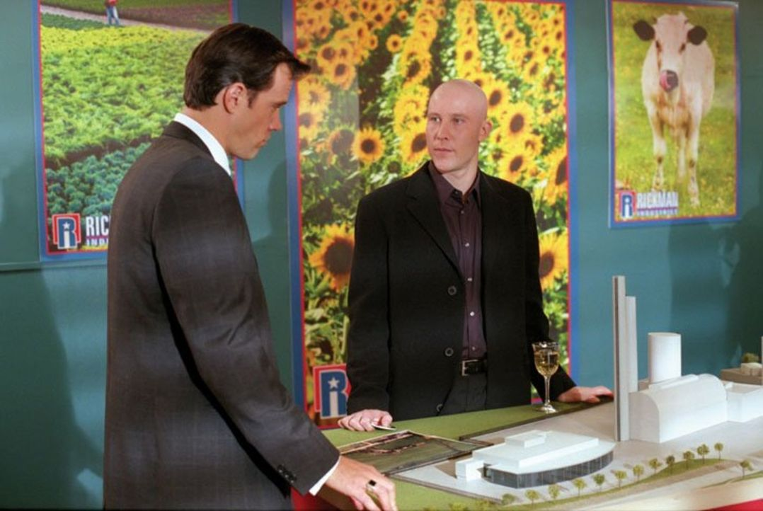 Pestizid-Hersteller Bob Rickman (Rick Peters, l.) will in Smallville eine neue Fabrik bauen. Wird er es schaffen mit seiner unheimlichen Fähigkeit,... - Bildquelle: Warner Bros.