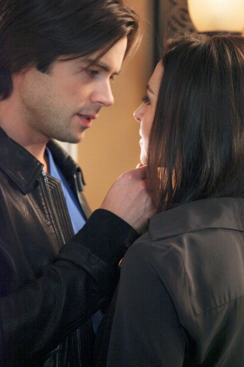 Kommen sich näher: Amelia (Caterina Scorsone, r.) und James (Matt Long, l.) ... - Bildquelle: ABC Studios