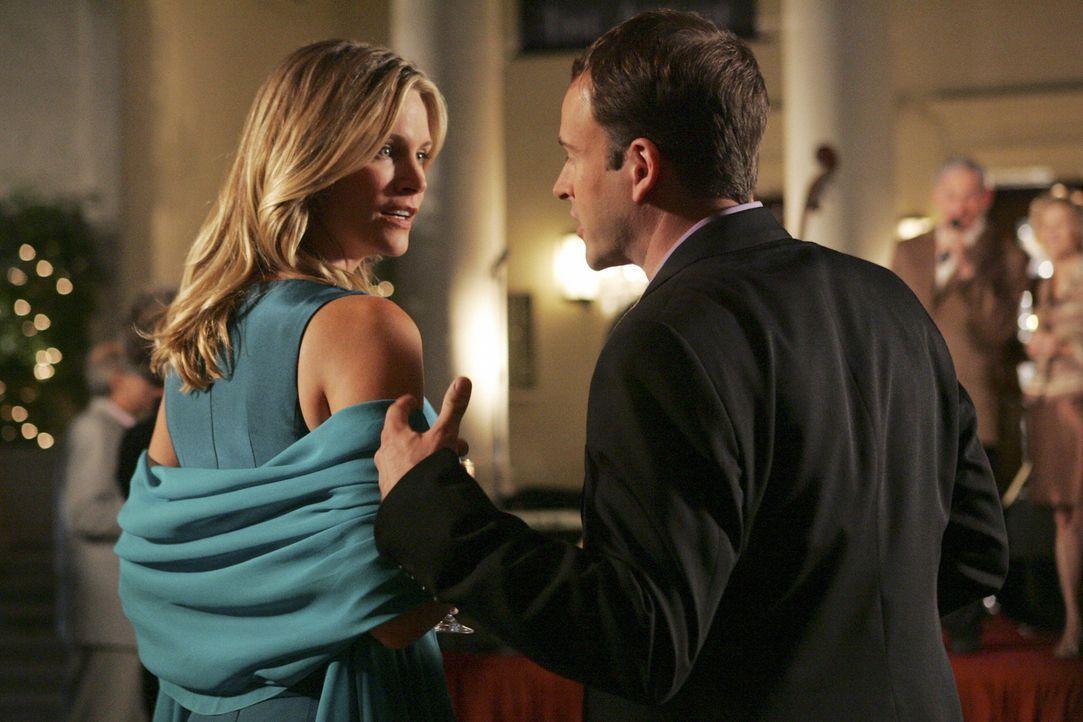 Das Verlobungspaar Eli (Jonny Lee Miller, r.) und Taylor (Natasha Henstridge, l.) liegt sich in den Haaren, weil sie beruflich gegeneinander vor Ger... - Bildquelle: Disney - ABC International Television