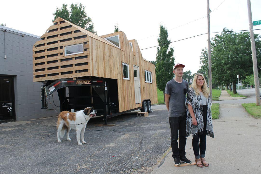Austin (l.) und Kaytlyn (r.) sind frisch verheiratet und wollen ihr über 100 Quadratmeter großes Zuhause gegen ein winziges Liebesnest eintauschen.... - Bildquelle: 2015, HGTV/Scripps Networks, LLC. All Rights Reserved