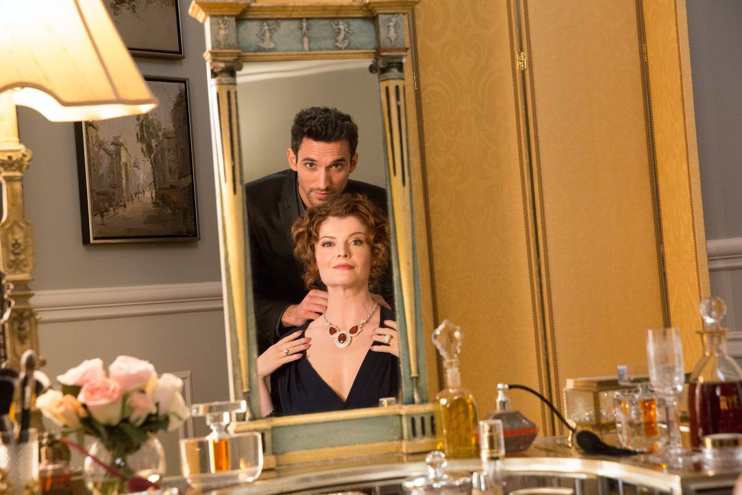 Als Tony (Dominic Adams, hinten) Evelyn (Rebecca Wisocky, vorne) die Kette wiederbringt, bleibt ihr Blick nicht nur auf die Kette gerichtet ... - Bildquelle: 2014 ABC Studios