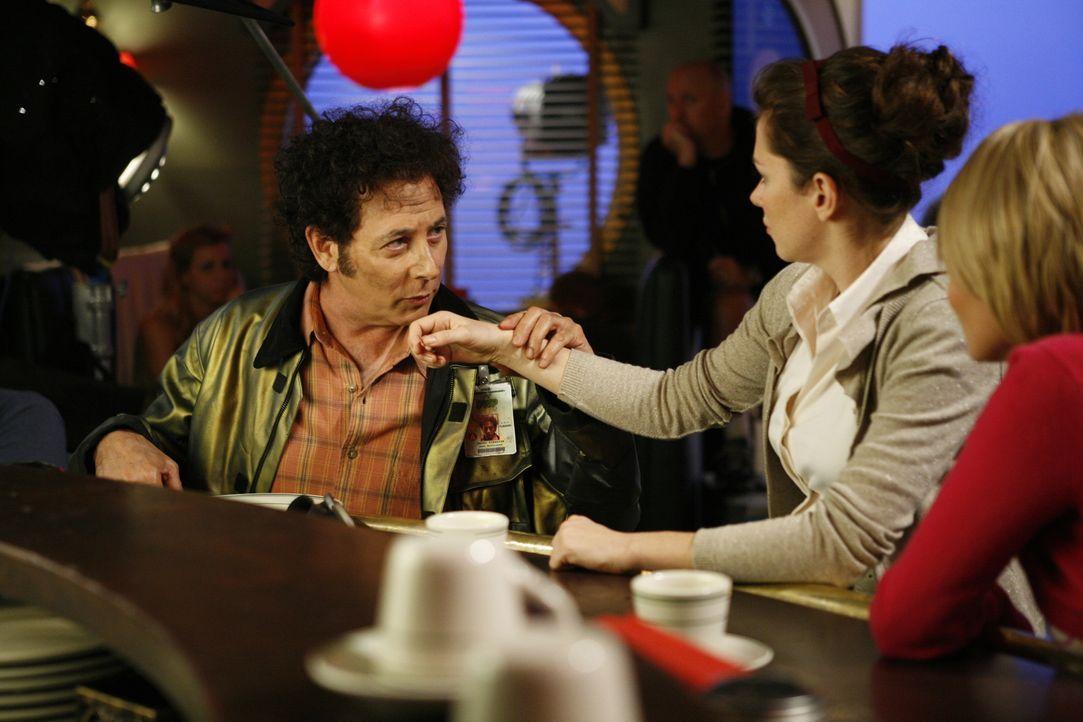 Ist Oscar Vibenius (Paul Reubens, l.) tatsächlich der Mörder? Chuck (Anna Friel, M.) und Olive (Kristin Chenoweth, r.) überkommen plötzlich Zweifel... - Bildquelle: Warner Brothers