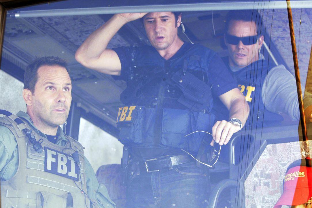 Als das SWAT-Team den Bus stürmt, stellt sich dieser zum Entsetzen des FBI als leer heraus. Don (Rob Morrow, M), Colby (Dylan Bruno, r.) und Tim (Ch... - Bildquelle: Paramount Network Television