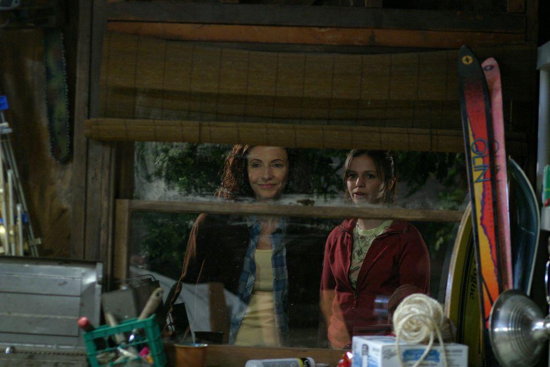 Sind erfreut über den Anblick: Helen Girardi (Mary Steenburgen, l.) und Joan (Amber Tamblyn, r.) ... - Bildquelle: Sony Pictures Television