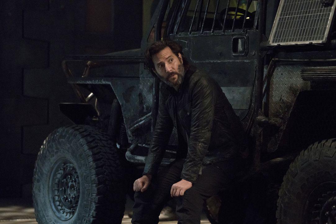 Kane (Henry Ian Cusick) wird vor eine wichtige Entscheidung gestellt, als Pike die Jagd auf ihn und seine Freunde ausruft ... - Bildquelle: 2014 Warner Brothers