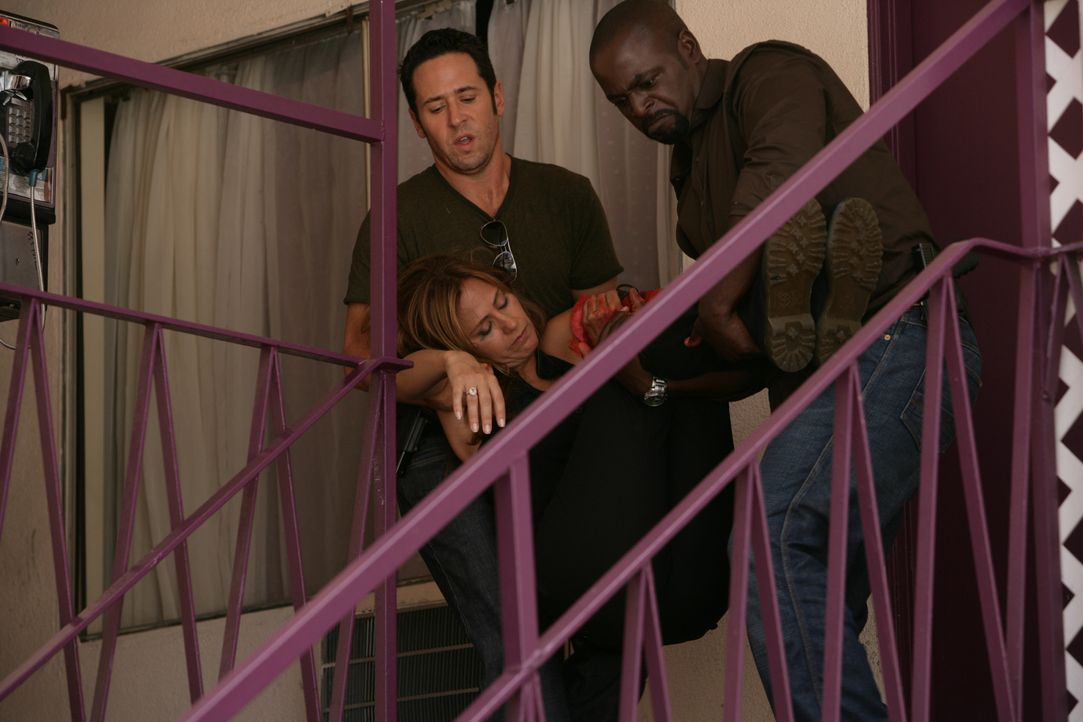 Kommen gerade noch rechtzeitig um Megan (Diane Farr, M.) aus den Fängen von Crystal Hoyle zu befreien: Don (Rob Morrow, l.) und David (Alimi Ballard... - Bildquelle: CBS International Televison