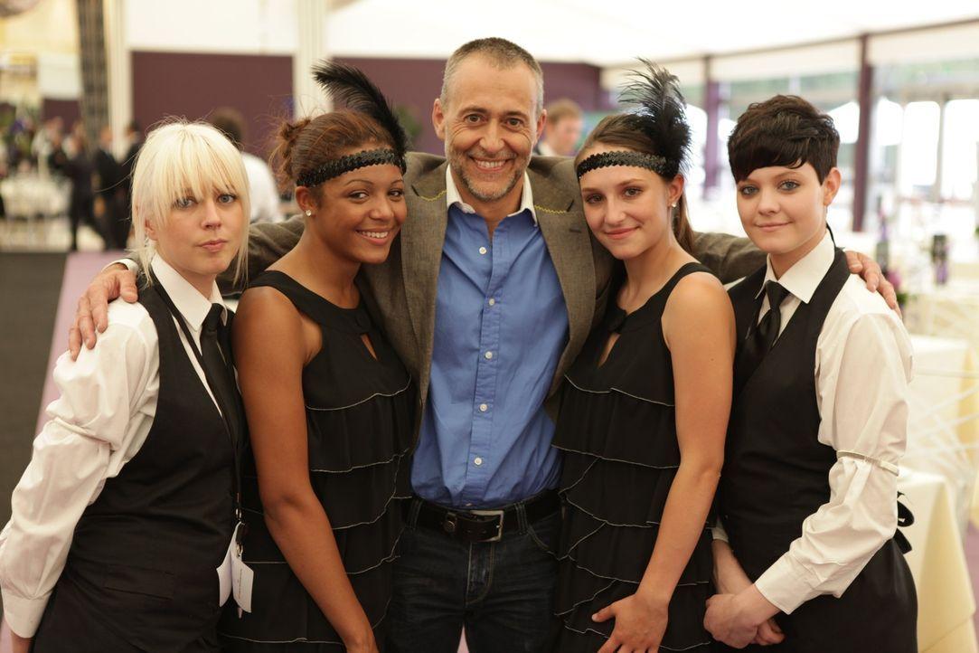 Kann der Sternekoch Michel Roux (M.) bei den Kandidatinnen Niki (l.), Nikkita (2.v.l.), Brooke (2.v.r.) und Danielle (r.) die Leidenschaft für die... - Bildquelle: Warner Bros.