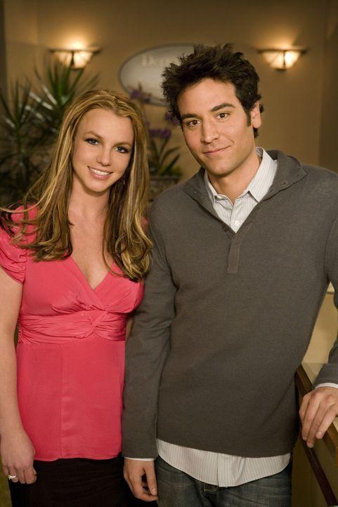 Hinter den Kulissen: Britney Spears (l.) und Josh Radnor (r.) ... - Bildquelle: 20th Century Fox International Television