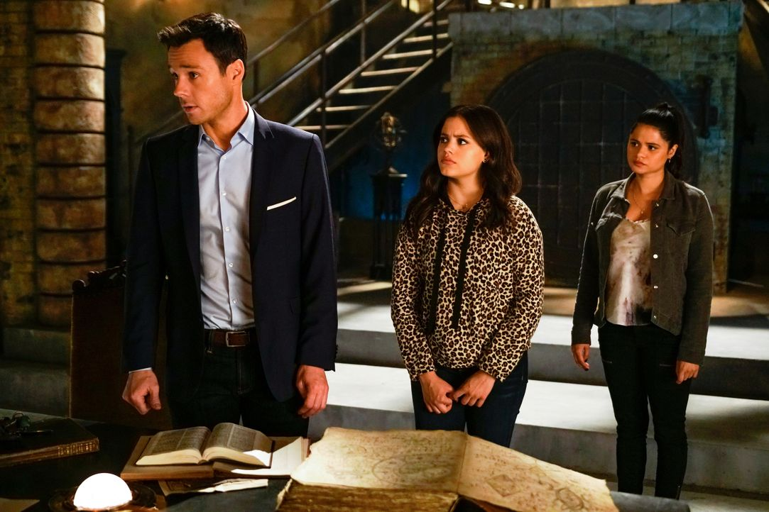 (v.l.n.r.) Harry Greenwood (Rupert Evans); Maggie Vera (Sarah Jeffery); Mel Vera (Melonie Diaz) - Bildquelle: Colin Bentley 2019 The CW Network, LLC. All Rights Reserved. / Colin Bentley