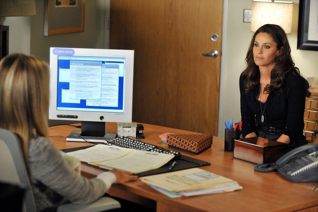 Während die vierzehnjährige Krebspatientin Elisa sich zwischen Chemo und Schamanentanz entscheiden soll, versucht  Violet (Amy Brenneman, r.) Char... - Bildquelle: ABC Studios