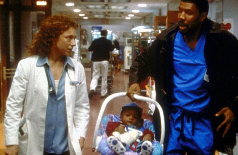 Bentons (Eriq La Salle, r.) Sohn hat Fieber. Corday (Alex Kingston, l.) kümmert sich um die beiden. - Bildquelle: TM+  2000 WARNER BROS.