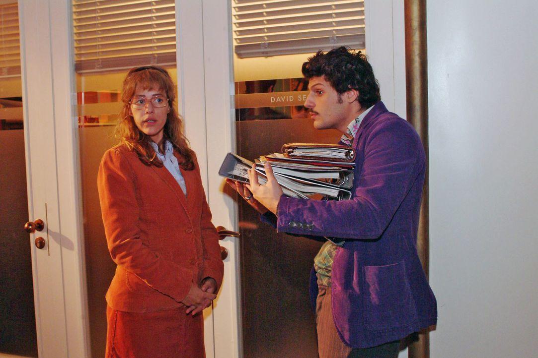 Lisa (Alexandra Neldel, l.) ist genervt, dass Rokko (Manuel Cortez, r.) sie mit Davids angeblicher Verliebtheit aufzieht. (Dieses Foto von Alexandra... - Bildquelle: SAT.1