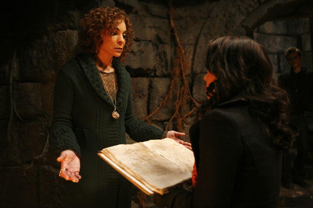 Mit vereinten Kräften heben sie Emilys Zauber auf: Sheila (Jasmine Guy, l.) und Bonnie (Katerina Graham, r.) ... - Bildquelle: Warner Bros. Television