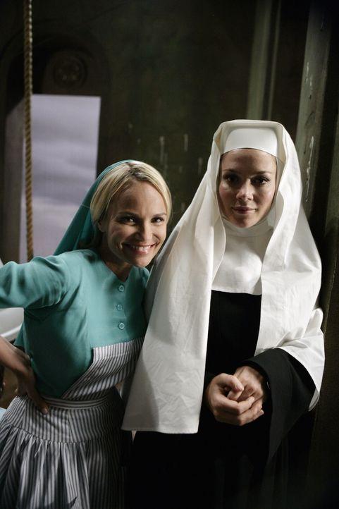 Im Kloster, das Olive (Kristin Chenoweth, l.) noch immer als Rückzugsort dient, verstirbt plötzlich ihre beste Freundin Schwester Larue. Es sieht... - Bildquelle: Warner Brothers