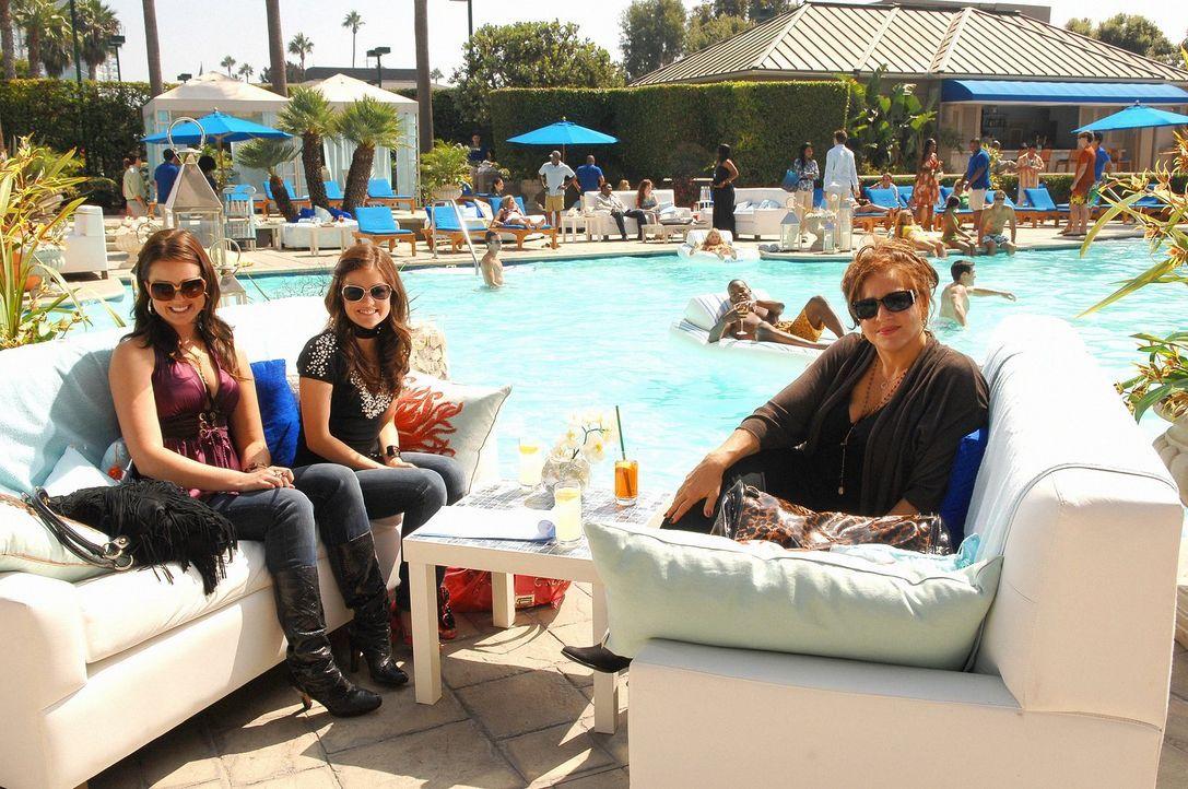 Die wichtige PR-Managerin Patricia Kingston (Kathy Najimy, r.) will Sage (Ashley Newbrough, l.) und Rose (Lucy Hale, r.) unter Vertrag nehmen - aber... - Bildquelle: Warner Bros. Television