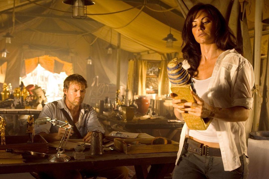 Bei ihrer Reise nach Ägypten trifft Loise (Erica Durance, r.) auf Hawkman (Michael Shanks, l.). Er offenbart ihr ein bedeutsames Geheimnis ... - Bildquelle: Warner Bros.