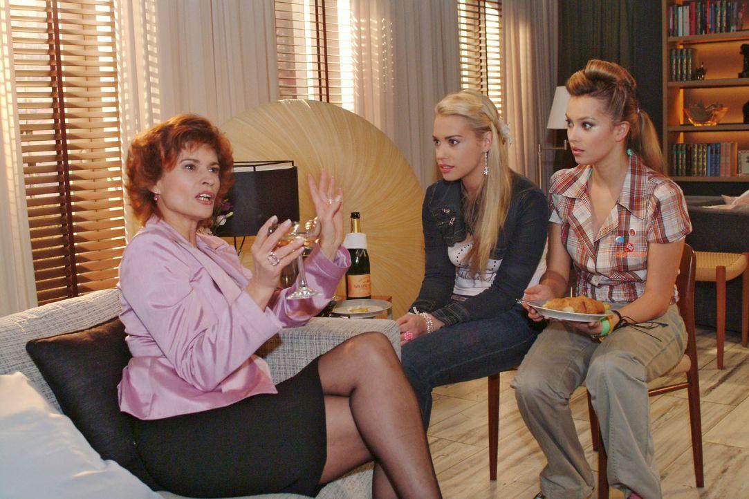 Als Sophie (Gabrielle Scharnitzky, l.) aus früheren Zeiten berichtet, hängen Kim (Lara-Isabelle Rentinck, M.) und Hannah (Laura Osswald, r.) an ihre... - Bildquelle: Monika Schürle SAT.1 / Monika Schürle