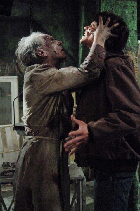 Ein neuer Fall führt Sam (Jared Padalecki, r.) und Dean in die Hände von Dr. Ellicott (Norman Armour, l.) ... - Bildquelle: Warner Bros. Television