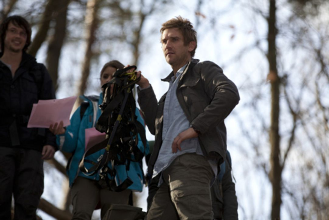 Unter Führung von Campleiter John (Peer Kusmagk, r.) beginnt das Teamcoaching in einem abgelegenen Wald. Doch wegen eines Unfalls wird die Truppe g... - Bildquelle: SAT.1