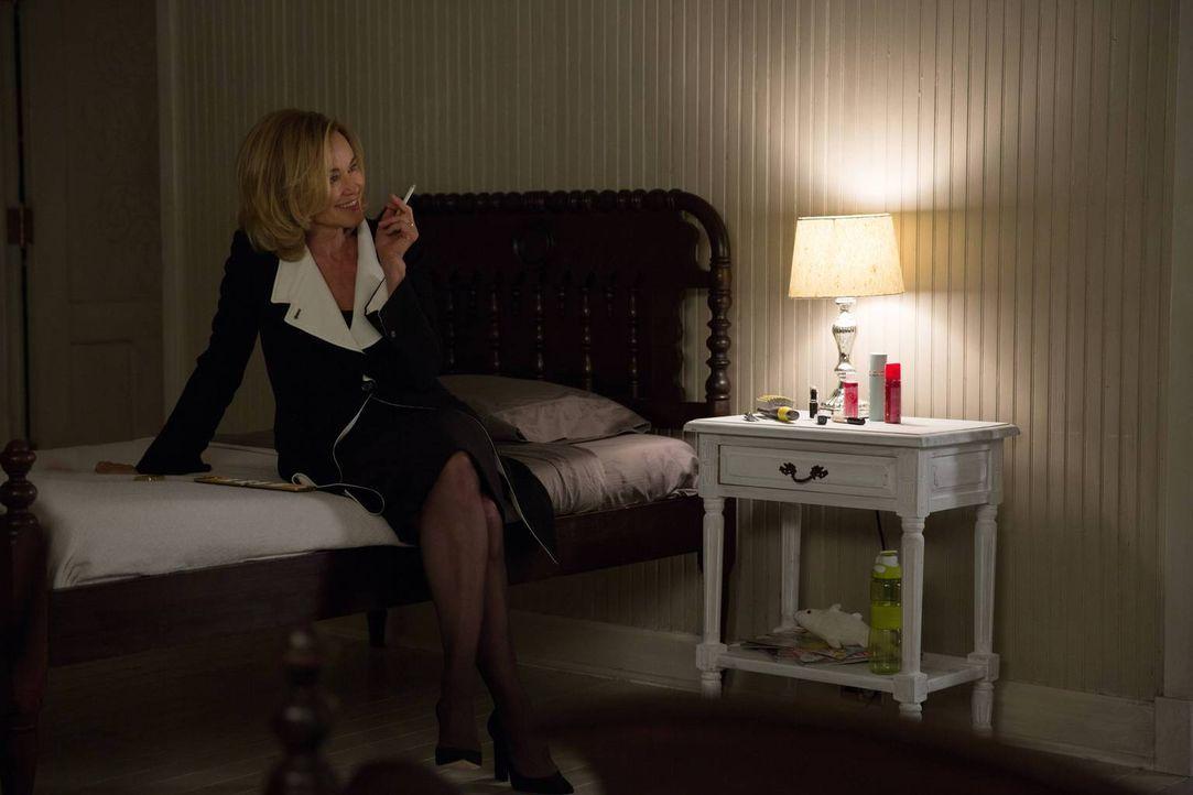 Verzweifelt versucht Fiona (Jessica Lange) am Leben zu bleiben, selbst wenn das einen Pakt mit dem Bösen beinhaltet ... - Bildquelle: 2013-2014 Fox and its related entities. All rights reserved.