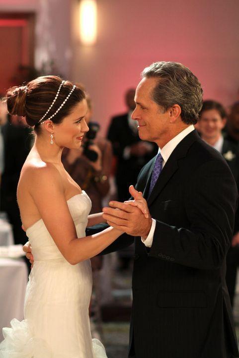 Als Brookes (Sophia Bush, l.) Vater nicht zu ihrer Hochzeit erscheint, springt kurzerhand Julians Vater Paul (Gregory Harrison, r.) ein und rettet s... - Bildquelle: Warner Bros. Pictures