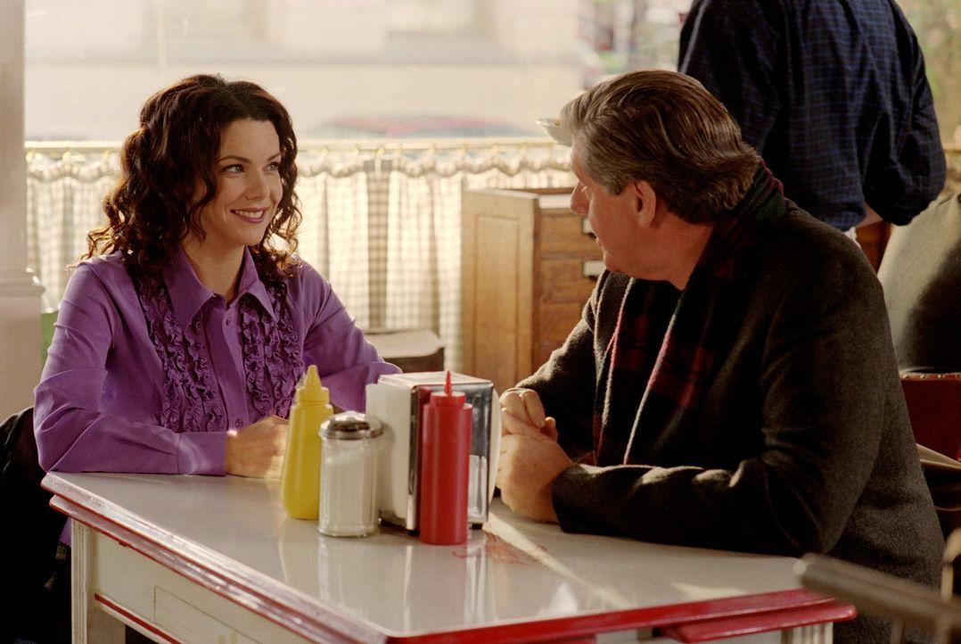 Ihre Mutter bittet Lorelai (Lauren Graham, l.), einen Tag mit Richard (Edward Herrmann, r.) zu verbringen, nachdem dieser wegen seiner ganzen freien... - Bildquelle: 2001 Warner Bros. Entertainment, Inc.