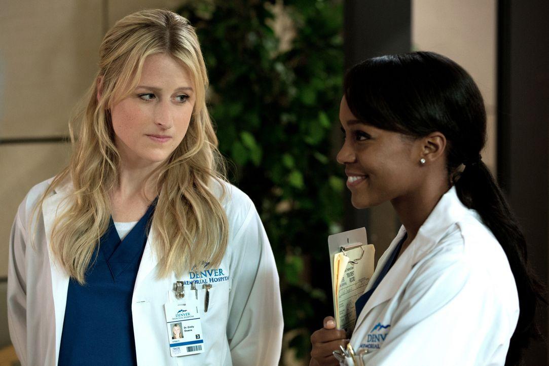 Cassandra (Aja Naomi King, r.) erzählt Emily (Mamie Gummer, l.), dass Dr. Bandari einen von den Neuen zu ihrem Forschungsassistenten machen wird ... - Bildquelle: 2012 The CW Network, LLC. All rights reserved.