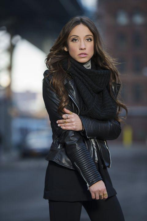 (1. Staffel) - Julia Wicker (Stella Maeve) ist fasziniert von der Magie, doch als sie den Eignungstest der Brakebills Universität nicht besteht, beg... - Bildquelle: 2015 Syfy Media Productions LLC. ALL RIGHTS RESERVED.