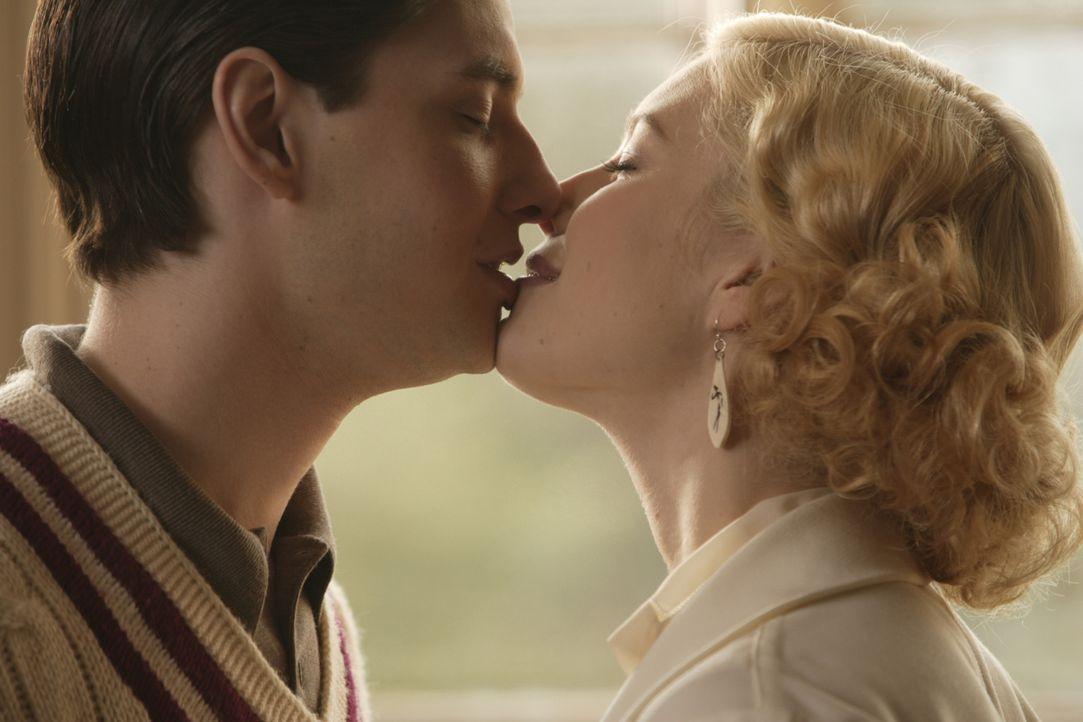 Der junge Engländer John Whittaker (Ben Barnes, l.) verliebt sich mit Haut und Haaren in Larita (Jessica Biel, r.), eine sexy und glamouröse Amerika... - Bildquelle: 2008 Easy Virtue Films Limited. All Rights Reserved.