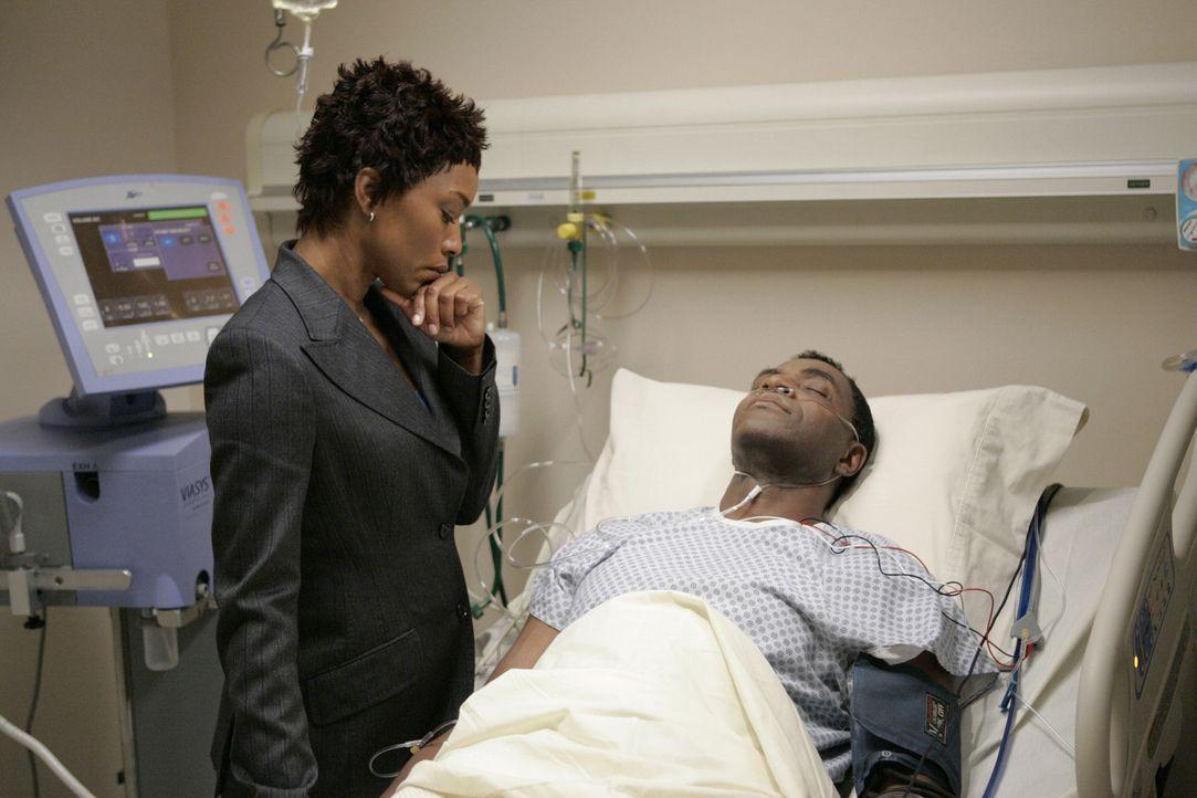 Hayden Chase (Angela Bassett, l.) macht sich Sorgen um Dixon (Carl Lumbly, r.), der von Elena angeschossen wurde ... - Bildquelle: Touchstone Television