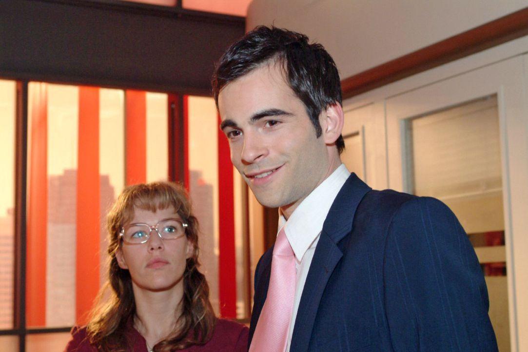 Lisa (Alexandra Neldel, l.) überrascht David (Mathis Künzler, r.) mit ihrem Geständnis, für ihn bereits tiefe Gefühle gehegt zu haben ... (Dies... - Bildquelle: Sat.1