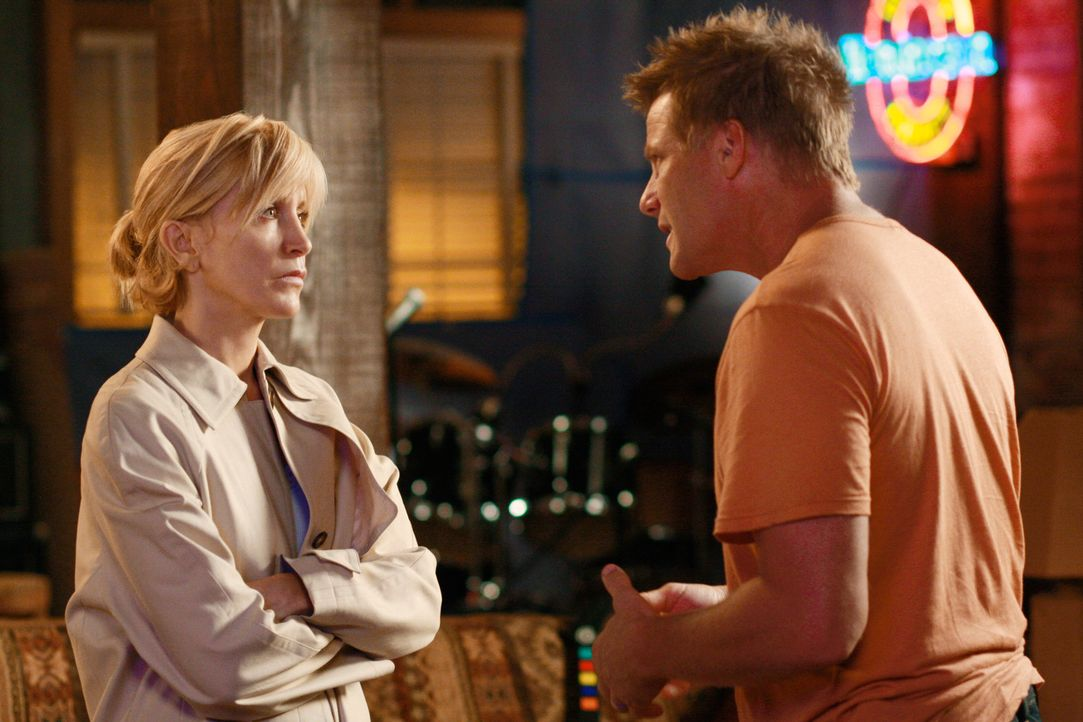 Lynette (Felicity Huffman, l.) befürchtet, dass Tom (Doug Savant, r.) eine Affäre hat und macht sich deshalb große Sorgen um ihre Ehe ... - Bildquelle: ABC Studios