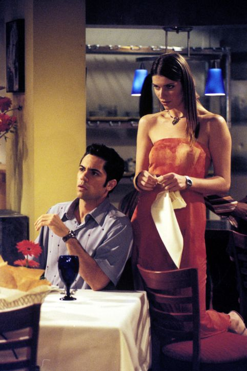 Royce und Clay (Daniel Pino, l.) lernen Daphne (Ivana Milicevic, r.) und Susan kennen, zwei hübsche junge Damen, die eineiige Zwillinge sind, doch... - Bildquelle: Paramount Television