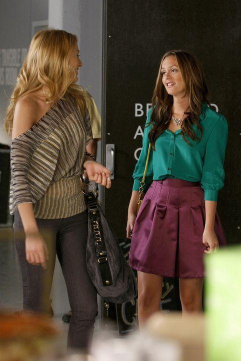 Während Blair (Leighton Meester, r.) Chuck erobern möchte, lernt Serena (Blake Lively, l.) Künstler Aaron kennen und versteht sich gleich blendend m... - Bildquelle: Warner Brothers