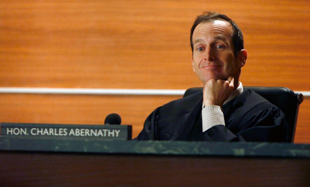 Richter Charles Abernathy (Denis O'Hare) leitet eine Aufsehen erregende Verhandlung ... - Bildquelle: Jeffrey Neira 2012 CBS Broadcasting, Inc. All Rights Reserved