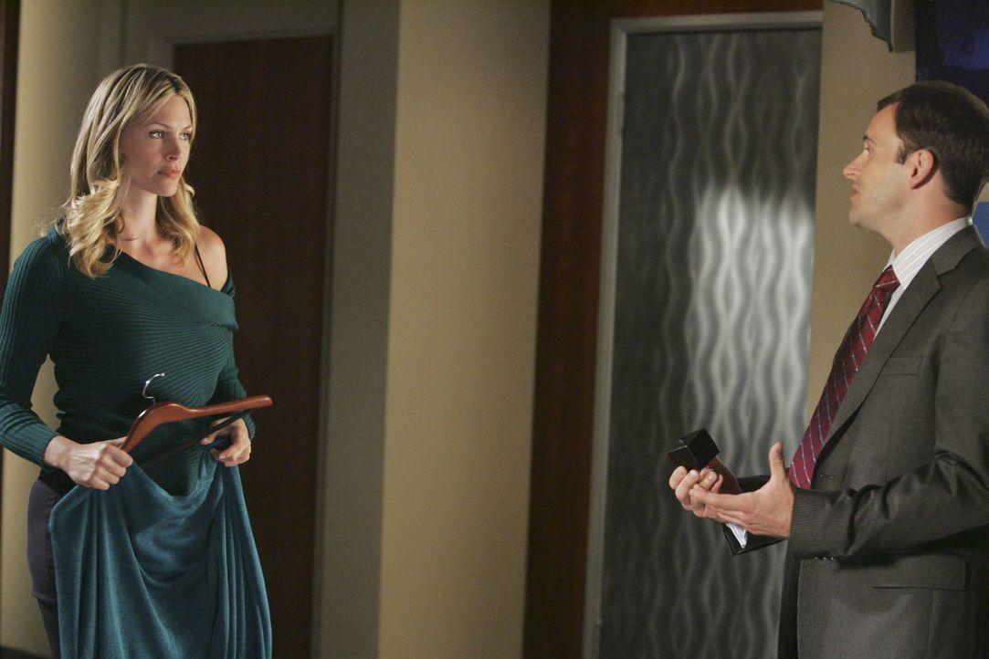 Die Trennung fällt beiden nicht leicht: Taylor (Natasha Henstridge, l.) ist gerade dabei, ihre Sachen aus der gemeinsamen Wohnung mit Eli (Jonny Lee... - Bildquelle: Disney - ABC International Television