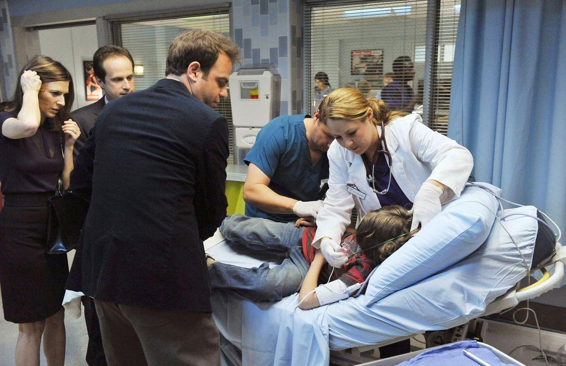 Oliver (Bobby Coleman, 2.v.r.) kommt mit seiner Mutter Kelly (Perrey Reeves, l.) und seinem Stiefvater Scott (Ken Weiler, 2.v.l.) wegen Bauchschmerz... - Bildquelle: ABC Studios