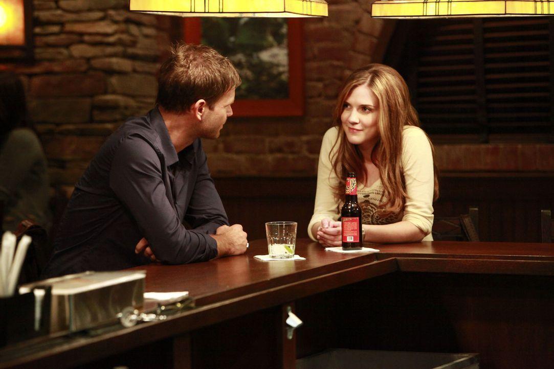 Der Geschichtslehrer von Jeremy, Aláric Saltzman (Matt Davis, l.), trifft sich mit Jenna (Sara Canning, r.). Die beiden verstehen sich auf Anhieb se... - Bildquelle: Warner Brothers