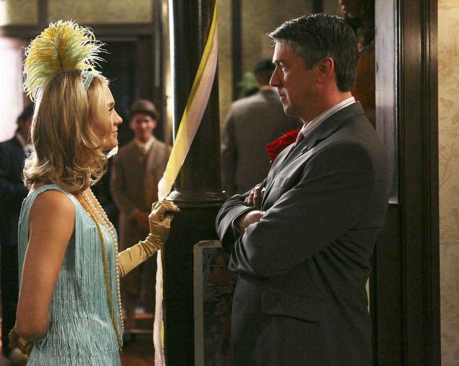 Casey (Spencer Grammer, l.) versucht, Dekan Bowman (Alan Ruck, r.) zu überzeugen, dass die Party nicht beendet werden muss. Wird es ihr gelingen? - Bildquelle: ABC Family